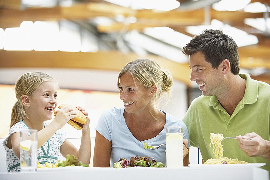 Eltern mit ihrem Kind beim Essen. Thema: Bauchspeicheldrüse und Ernährung, wenn diese gestört ist