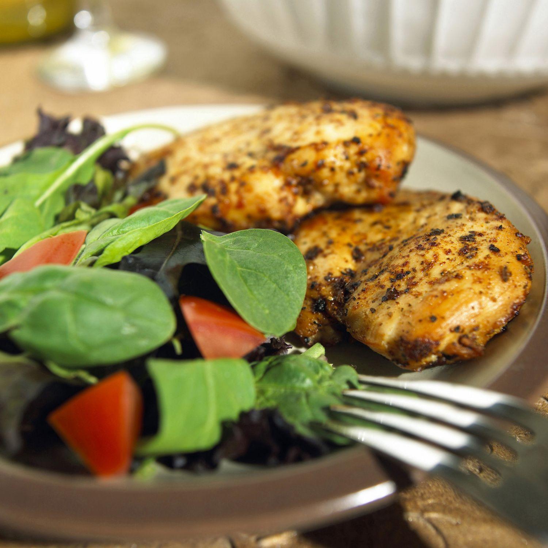 Fetthaltiges Essen auf einem Teller. Thema: Was hilft gegen Sodbrennen?