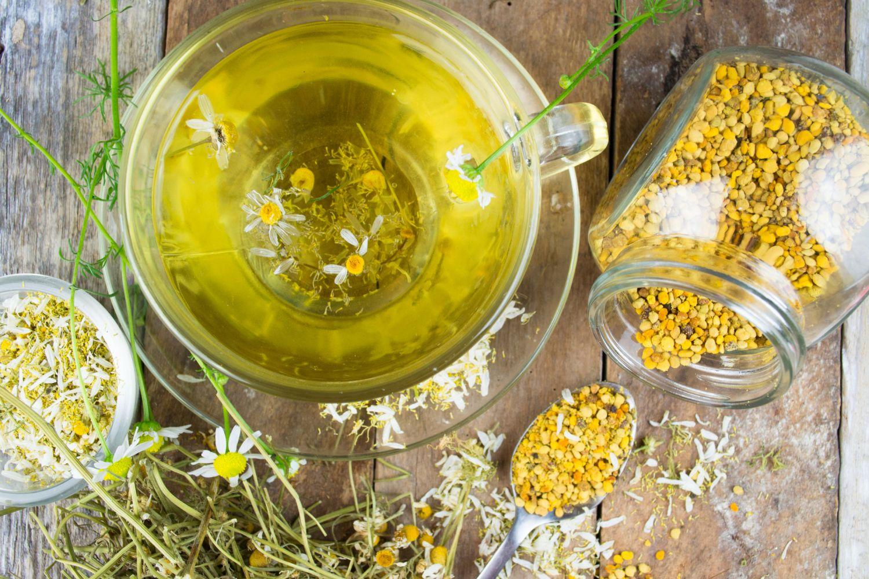 Getrocknete Kamillenblüten und Kamillentee als alternative Medizin bei CED