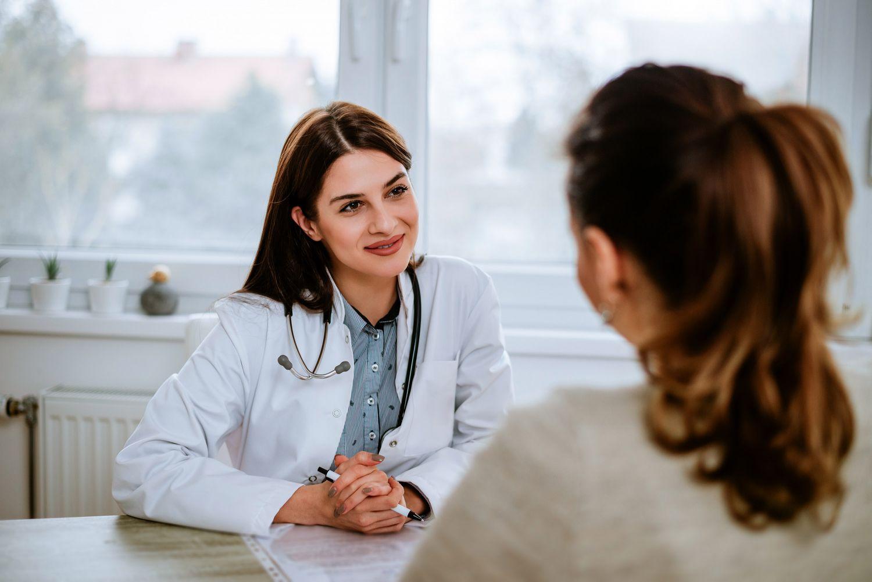 Doktorin berät Patientin zur Stomaversorgung