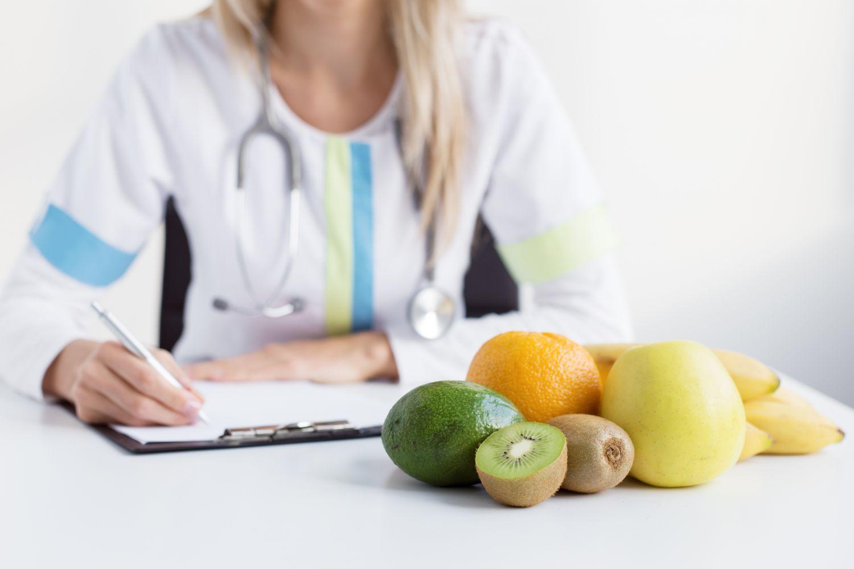 Medizinerin mit Patientenbogen. Thema: Darmkrebs erkennen