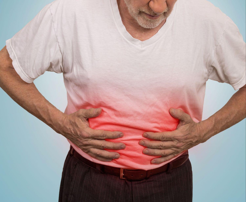 Mann hält sich schmerzenden Bauch. Thema: Pankreasinsuffizienz