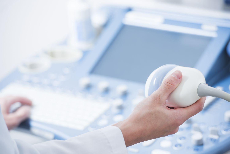 Ärztin hält Ultraschallgerät in der Hand. Thema: bildgebende Verfahren