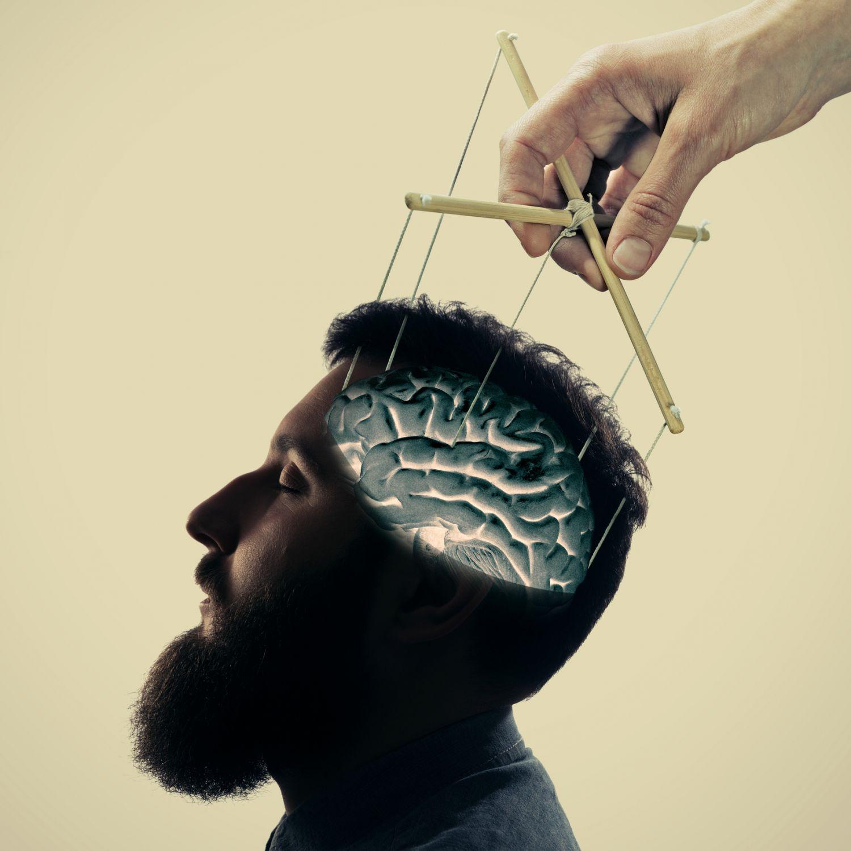 Ein Marionettenspieler spielt mit dem Hirn eines Mannes. Thema: Magen-Darm-Trakt als Steuerzentrale im Bauch.