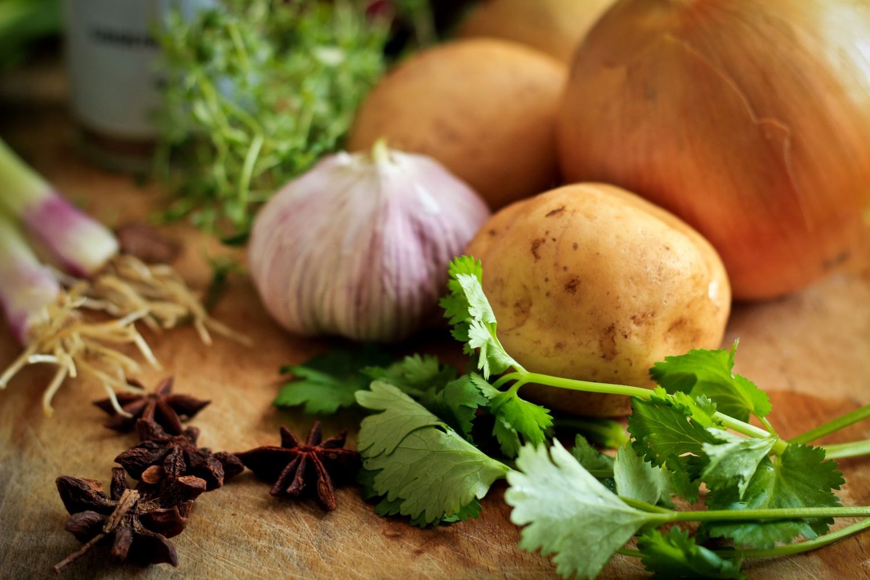 Gemüse auf einer Arbeitsfläche. Weißes Gemüse sollte man präventiv gegen Magenkrebs essen.