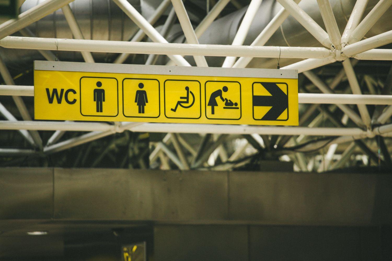 Toilettenschild am Flughafen. Thema: Hausmittel bei Durchfall